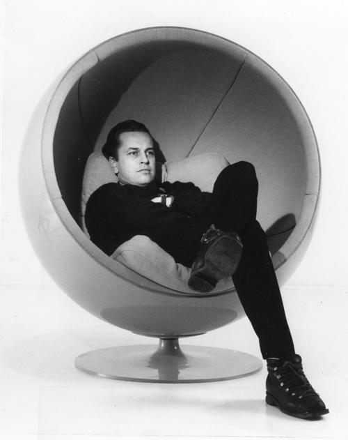 Eero aarnio retrospective at design museum helsinki daily icon - Ball chair by eero aarnio ...